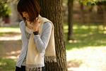 木にもたれる女性