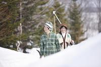 雪の中を歩く男性