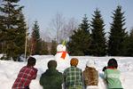 雪だるまを見る若者