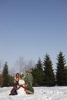 雪だるまと若者
