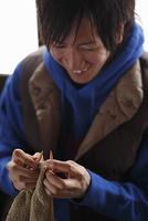 編み物をする男性