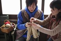 編み物をするカップル