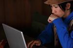 ノートパソコンを使う男性