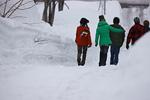 雪道を歩く友達