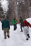 雪道を歩く若者