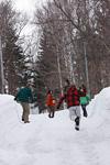 雪遊びする若者