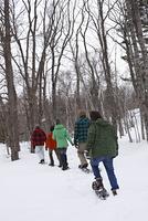 雪の上を歩く友達