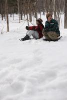 雪の上で座る友達