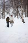 雪の上に立つカップル