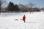 雪原を走る子供