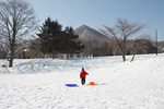 雪原を歩く子供