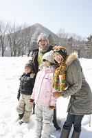 雪原に立つ家族