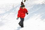 雪原を歩く少年