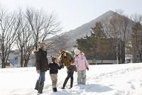雪原を歩く家族