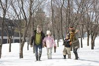 雪原を散歩する家族