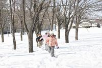 雪原を走る子供たち