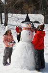 雪だるまを作る子供たち