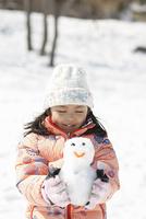 雪だるまを持つ少女