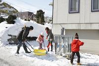 除雪する家族