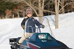 スノーモービルに乗る少年