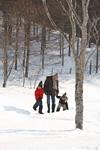 散歩する父子
