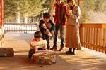 薪を運ぶ子供と両親