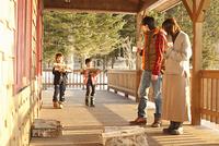 薪を運ぶ子供たちと両親