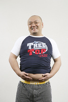 腹部を触る男性