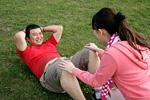 腹筋運動をするカップル
