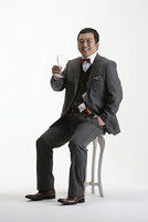 グラスを持つスーツ姿の男性