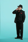 葉巻を吸うスーツ姿の男性