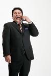 携帯電話をかけるスーツ姿の男性