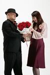 女性に花束を渡す男性