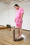 体重を測る男性