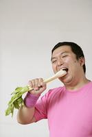セロリを食べる男性