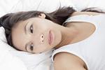 横たわる若い女性