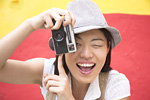 カメラで写真を撮る若い女性