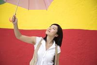 傘をさす若い女性