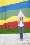 傘に隠れる若い女性