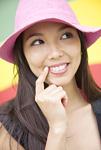ピンクの帽子をかぶった若い女性