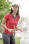ジョギングする若い女性