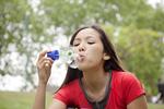 シャボン玉遊びをする若い女性