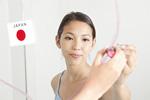 口紅で鏡に描く若い女性