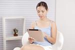 タブレットPCを使う若い女性