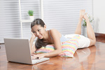ノートパソコンを使う若い女性