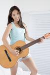ギターを弾く若い女性
