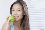 りんごを食べる若い女性