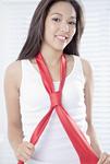赤いネクタイをする若い女性