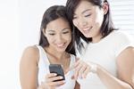 携帯電話を見る若い女性