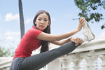 ストレッチをする若い女性